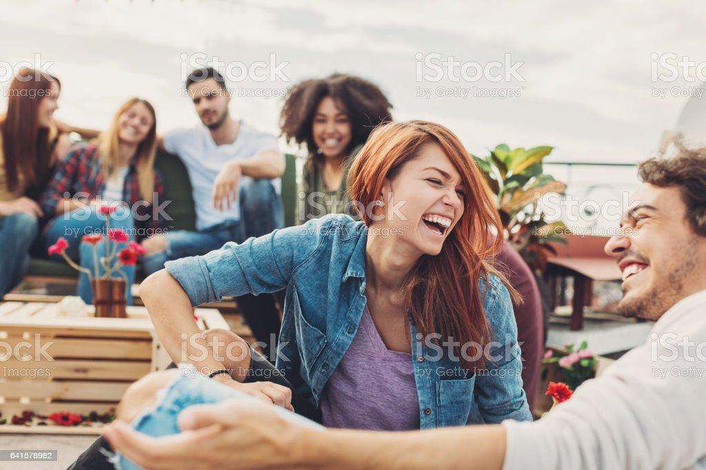 Gruppe von Freunden mit einer Party auf dem Dach – Foto