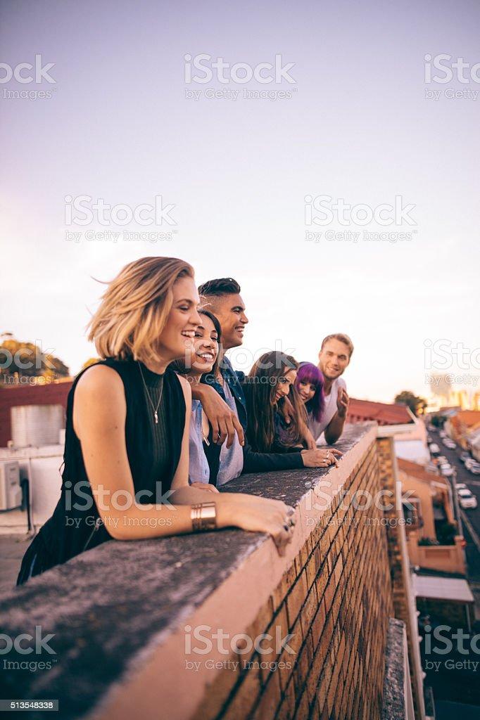 Eine Gruppe von Freunden, auf einer Sommer-party auf dem Dach ein Sonnenuntergang – Foto