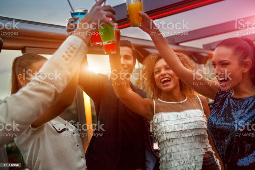 Gruppe von Freunden, die Getränke bei der Nacht-Club-party – Foto