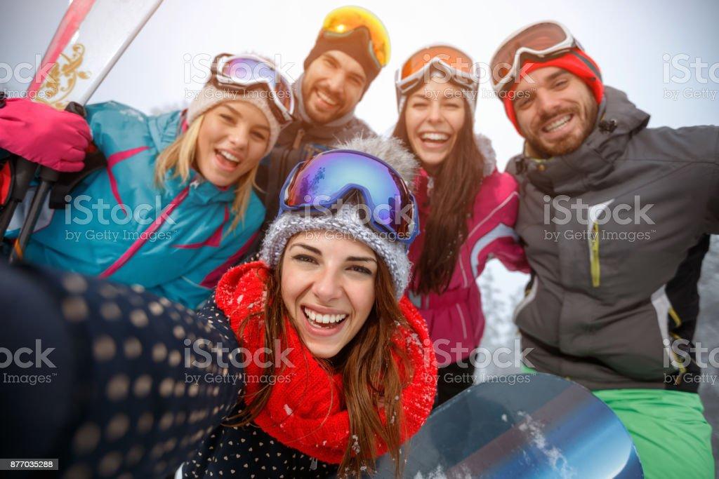 Gruppe von Freunden, die Spaß im Schnee und machen selfie – Foto