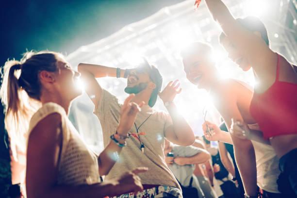 Gruppe von Freunden, die tolle Zeit auf Musikfestival – Foto