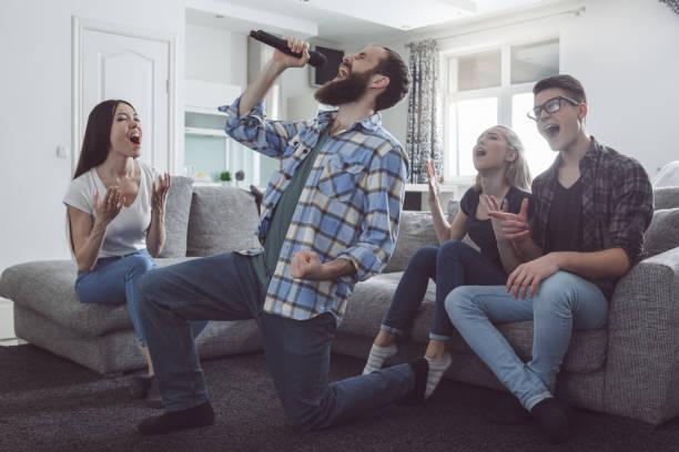 gruppe von freunden, die partei gemeinsam zu hause - promi zuhause stock-fotos und bilder