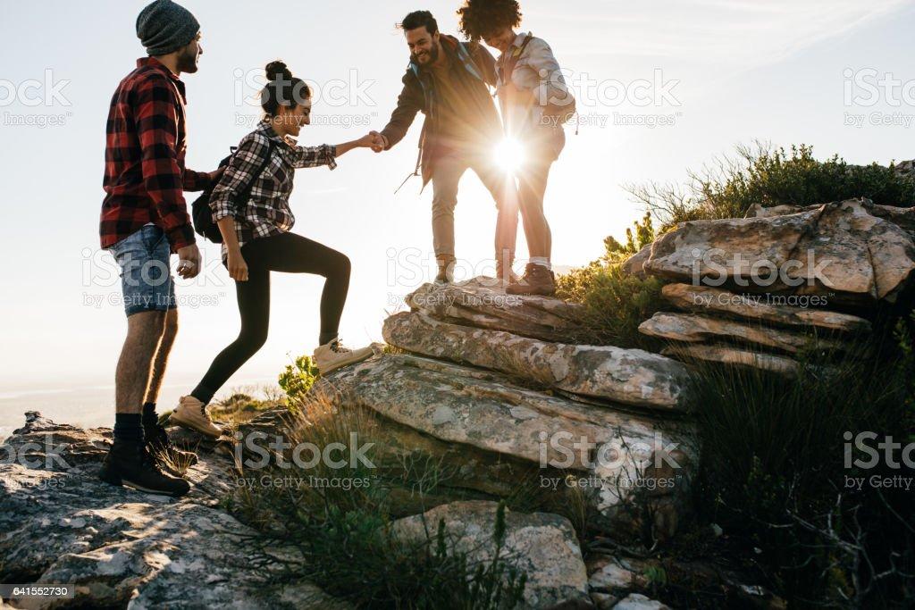 Grupo de amigos, caminhadas na montanha - Foto de stock de Adulto royalty-free