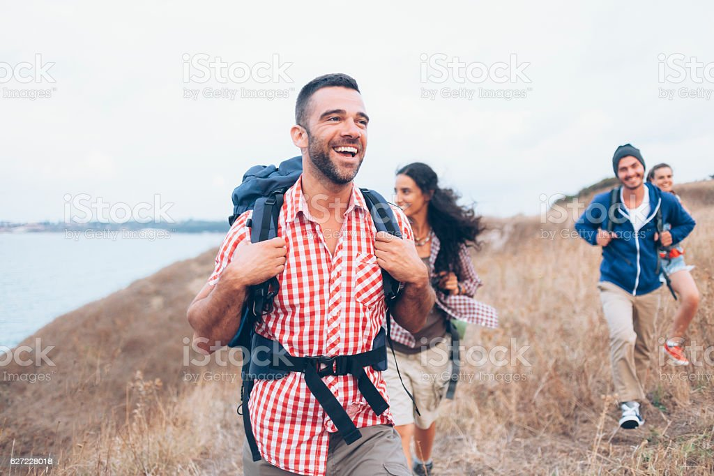 Group of friends hiking together – Foto