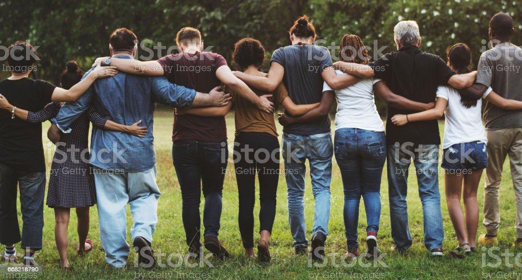 Gruppe von Freunden Huddle in Rückansicht zusammen Lizenzfreies stock-foto