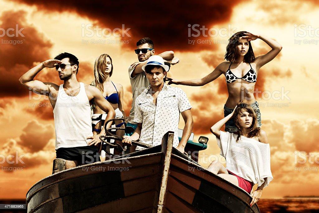 Grupo de amigos en bote - foto de stock