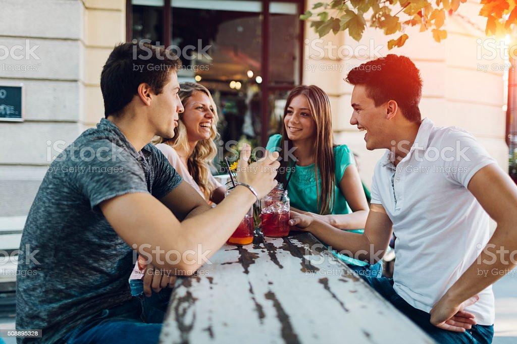 Eine Gruppe von Freunden treffen im Café – Foto