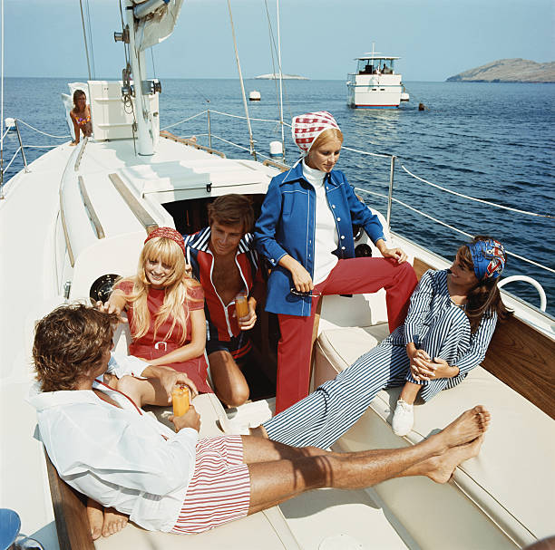 grupo de amigos em barco à vela - viagens anos 70 imagens e fotografias de stock