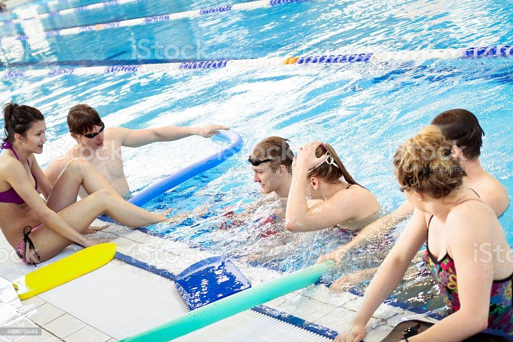 Grupa przyjaciół na basen – zdjęcie