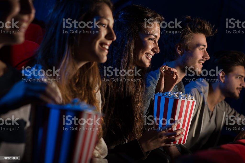Grupo de amigos no cinema foto de stock royalty-free