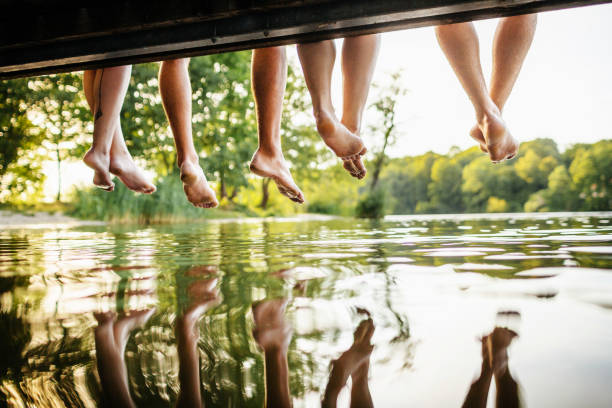 桟橋を離れて友人両脚のグループ - 桟橋 ストックフォトと画像
