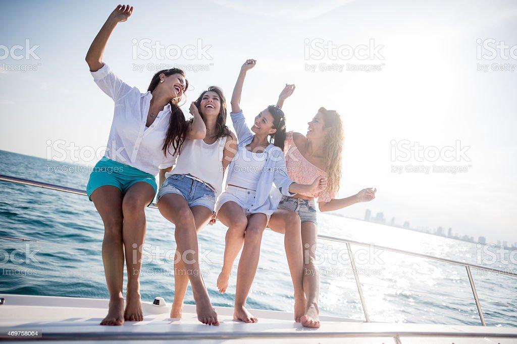 Groupe d'amis regarder heureux sur un yacht - Photo