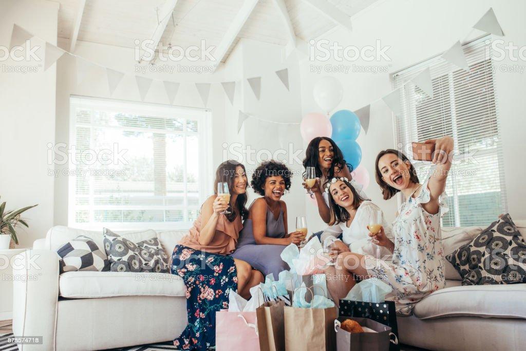 Grupo de amigos haciendo selfie en partido de la ducha de bebé - foto de stock