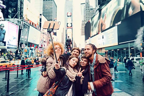 gruppe von freunden, die selfie - sightseeing in new york stock-fotos und bilder