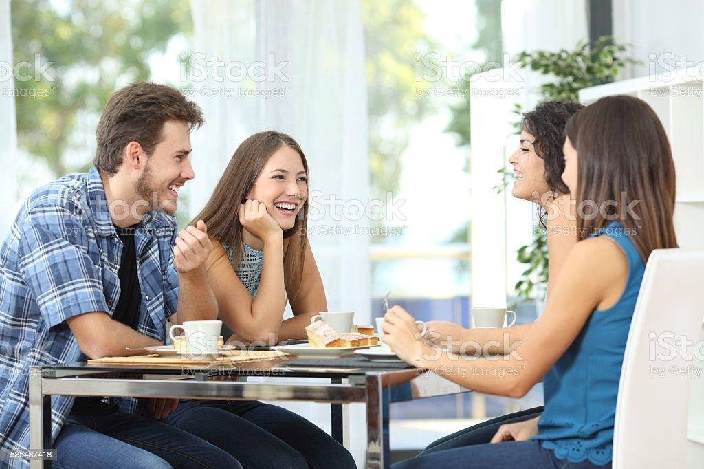 Grupo de amigos para reuniones en su - foto de stock