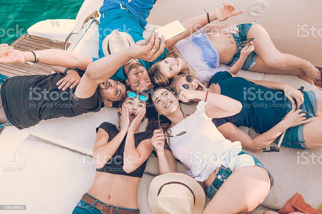 Grupo de amigos em um Iate - fotografia de stock