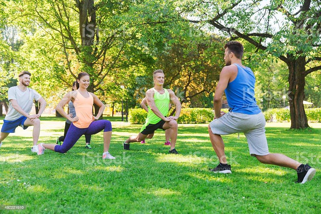 Gruppe von Freunden oder Sportler beim Training im Freien - Lizenzfrei 2015 Stock-Foto