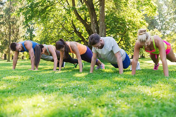 Gruppe von Freunden oder Sportler beim Training im Freien – Foto
