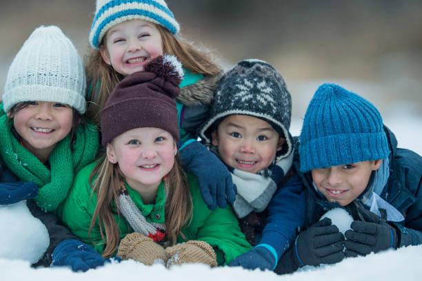 gruppe von freunden  - schneespiele stock-fotos und bilder