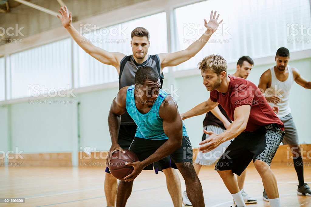 Groupe d'amis jouant au basket-ball - Photo