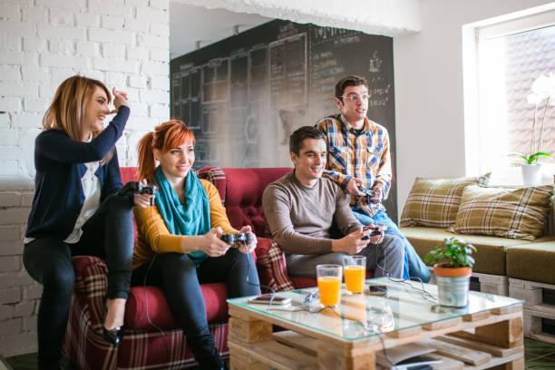 gruppe von freunden digitale spiele zu hause. - free online game stock-fotos und bilder