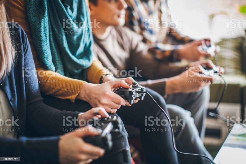 Gruppe von Freunden digitale Spiele zu Hause. – Foto
