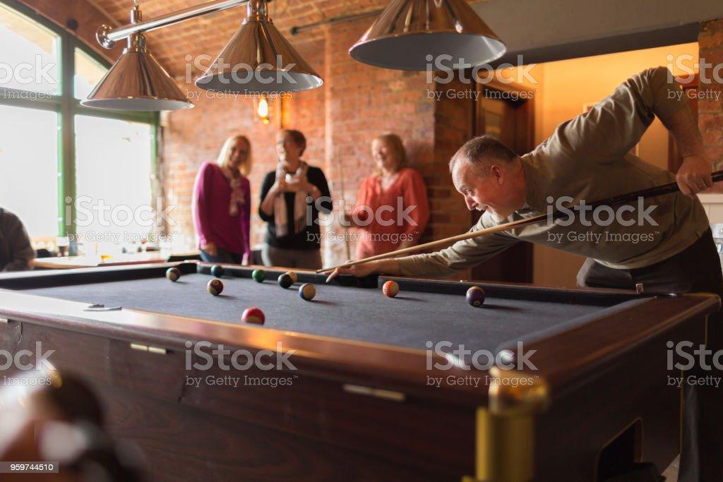 Eine Gruppe von Freunden in einer Bar Billard spielen – Foto