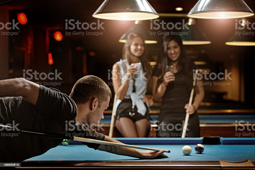 Gruppe von Freunden spielen pool in einem nahe gelegenen pool hall – Foto