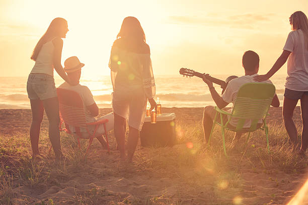 Gruppo di amici di relax sulla spiaggia. - foto stock