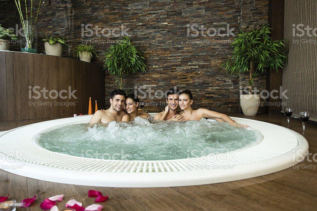Vasche Da Bagno Nella Jacuzzi : Gruppo di amici rilassante nella vasca idromassaggio jacuzzi