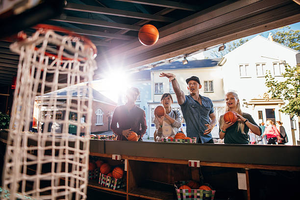 Group of friends shooting hoops at the fair – Foto