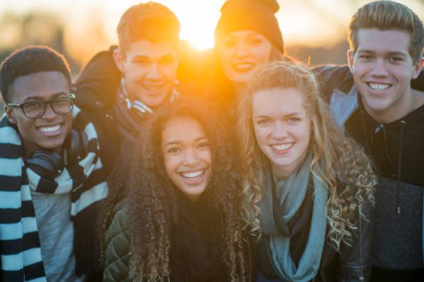 gruppe von freunden mit einem lächeln - high school bilder stock-fotos und bilder