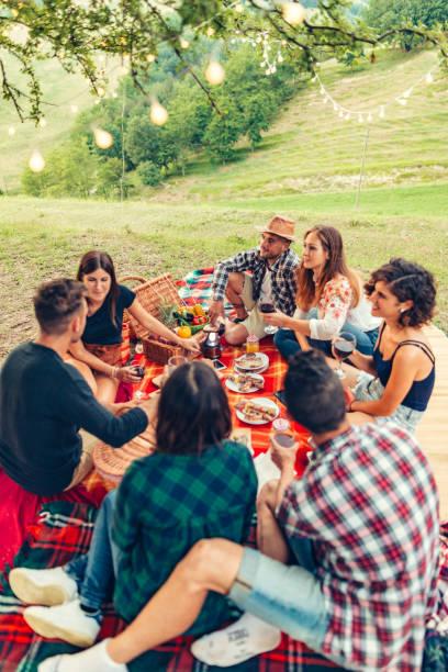 Gruppe von Freunden Zeit machen ein Picknick und Grillen – Foto