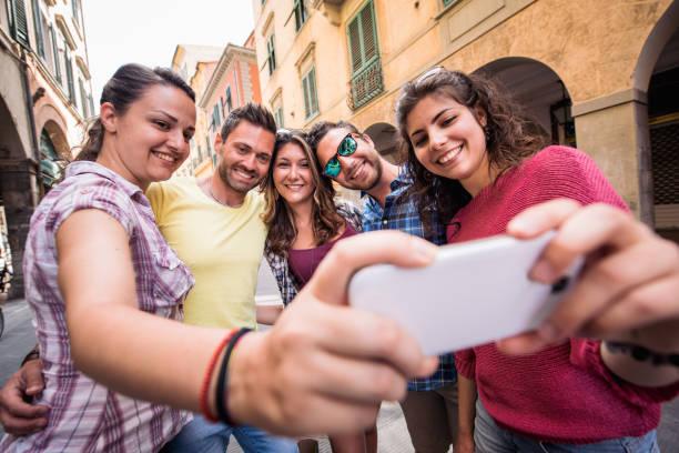 Gruppe von Freunden, die ein Selbstporträt in der Stadt – Foto