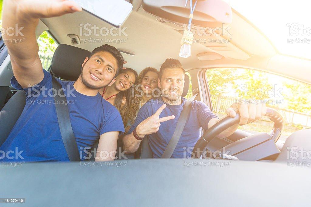 Grupo de amigos tomando un autorretrato en el coche foto de stock libre de derechos
