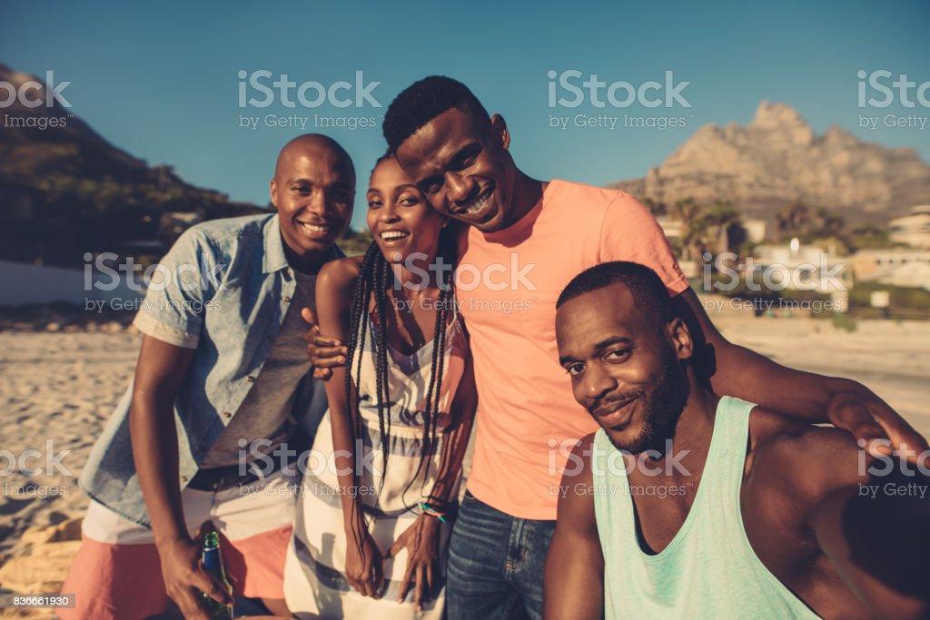 Groupe d'amis prenant selfie au bord de la mer. - Photo
