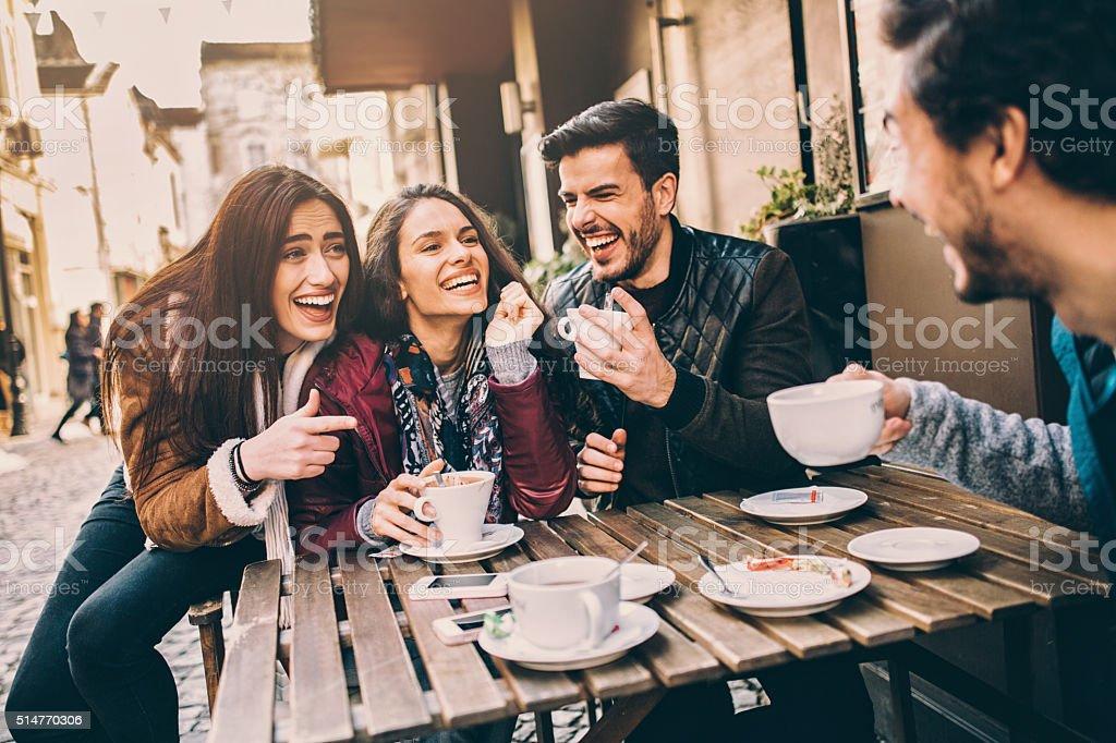 Grupo de amigos hablando y Riendo - foto de stock