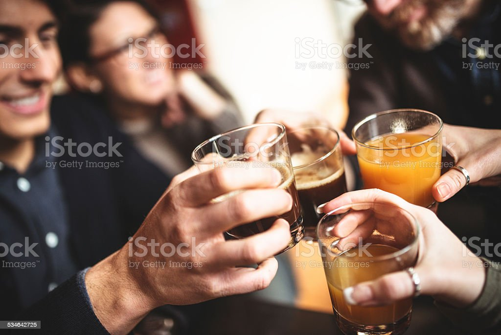 Groupe d'amis portant un toast avec boissons - Photo