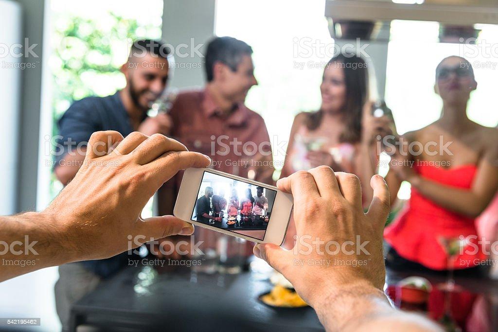 Grupo de amigos brindando com bebidas - foto de acervo