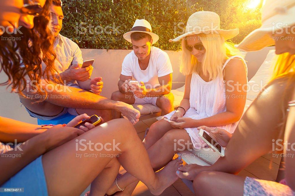 Grupo de amigos com celular. foto royalty-free