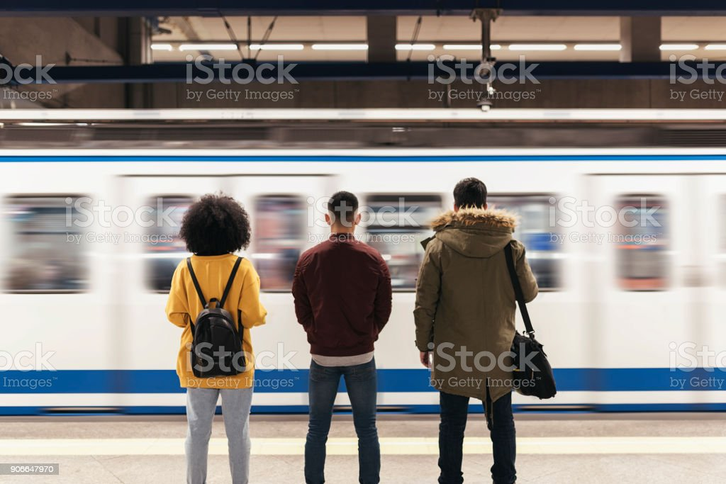 Group of friends waiting the train in the platform of subway station. - fotografia de stock