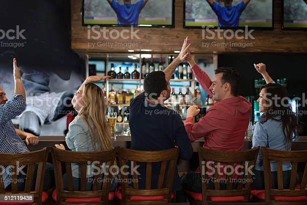 Group of friends watching a football game at the pub picture id512119438?b=1&k=6&m=512119438&s=612x612&h=pdgikea3lmgnwqb2enwuoernqjzhle2e3pu8jun1nsk=