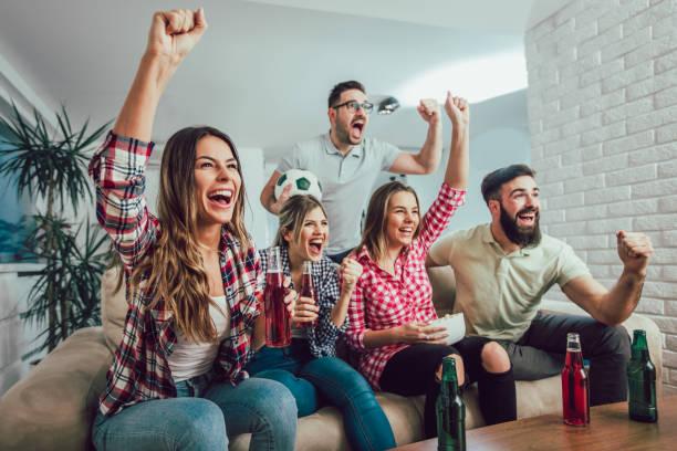 groep vrienden kijken naar een voetbalwedstrijd op tv - group of fans talking stockfoto's en -beelden