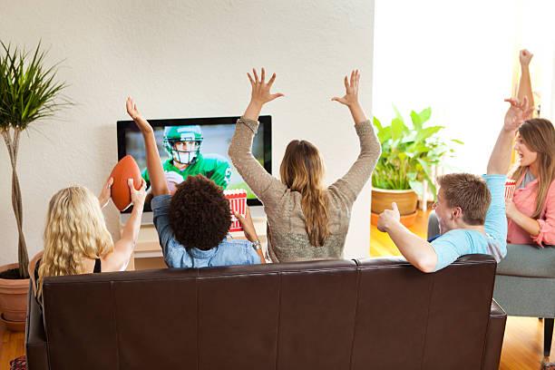 grupo de amigos, assistir e a aplaudir jogo de futebol juntos - tv e familia e ecrã imagens e fotografias de stock