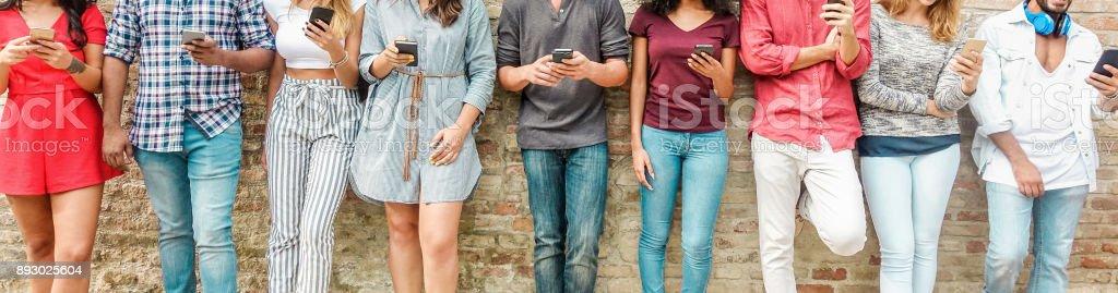 Gruppe von Freunden, die gerade Mobile Smartphones - Teenager sucht nach neuen Technologie Trends - Konzept der Jugend, Tech, Soziales und Freundschaft - Schwerpunkt Mitte Hände – Foto