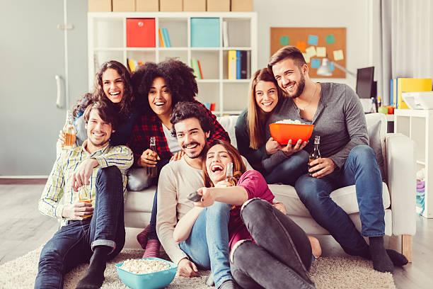 Groupe d'amis, regarder la télévision - Photo