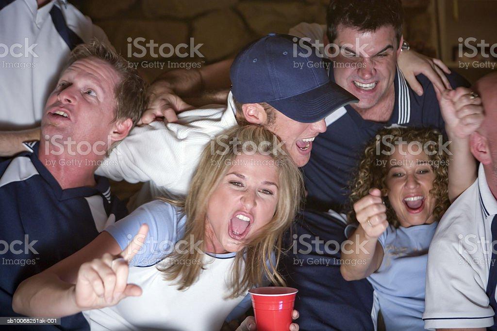 Gruppe von Freunden vor dem Fernseher Lizenzfreies stock-foto