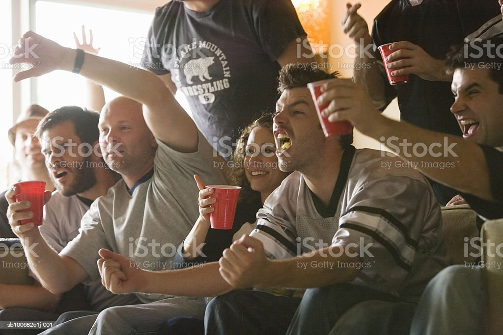 Group of friends watching tv royalty free stockfoto