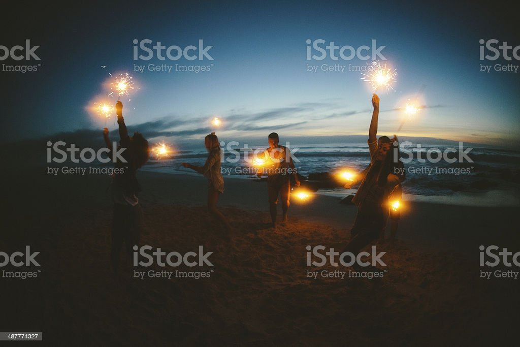 Group of friends with fireworks foto