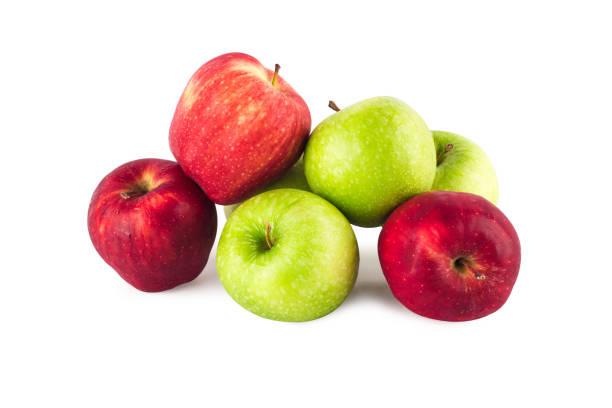 Gruppe von Früchten zwischen frischem grünen Apfel und reifen roten Apfel auf weißem Hintergrund Obst Landwirtschaft Lebensmittel isoliert – Foto